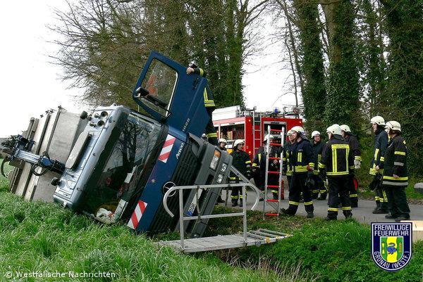 LKW rutschte in Graben – Fahrer leicht verletzt