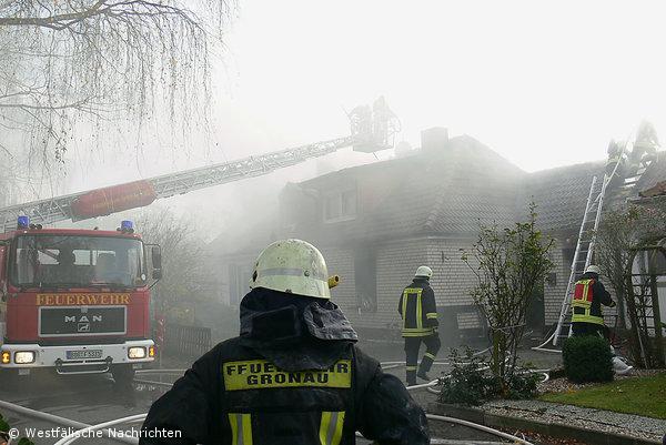 Wehr kämpft gegen Feuer und Qualm – Polizei ermittelt wegen Brandstiftung
