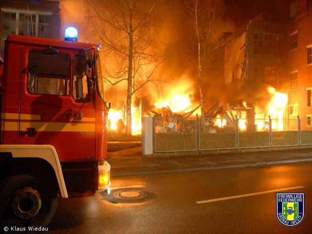 Großbrand vernichtet Germania-Halle – Industrieschornstein wurde gesprengt