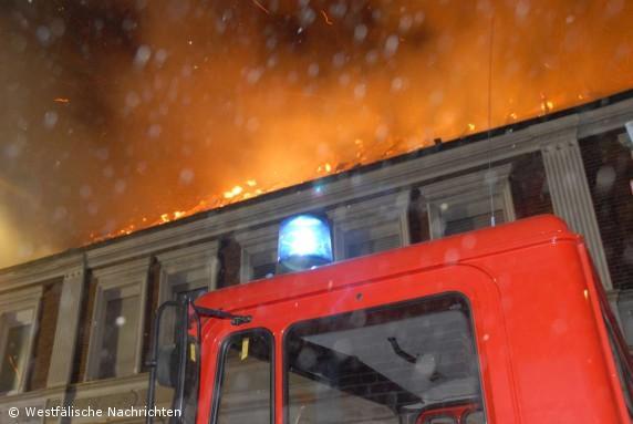 Dachstuhlbrand in einem Mehrfamilienhaus in Epe macht Haus unbewohnbar
