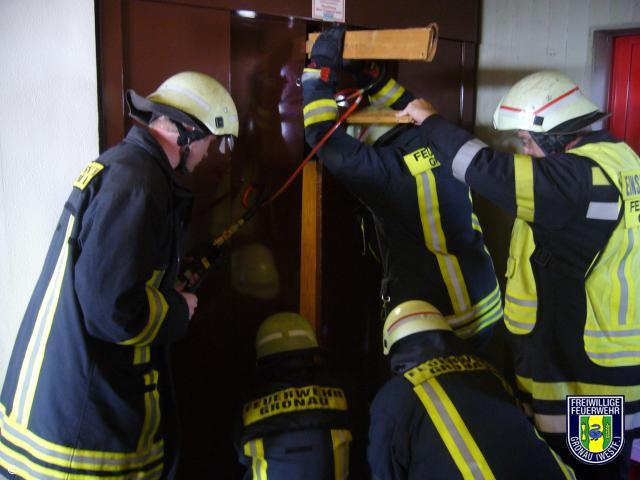 Person in Fahrstuhl eingeschlossen