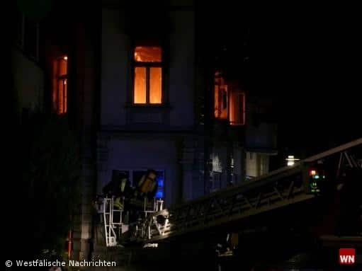 Brand in einem Mehrfamilienhaus mit einer schwer verletzten Frau