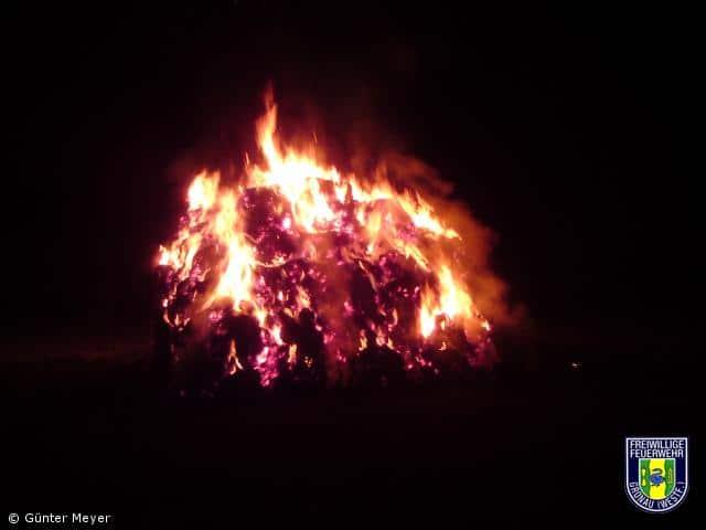 35 Strohballen brannten auf Stoppelfeld