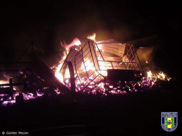 Feldscheune mit über 300 Strohballen brannte