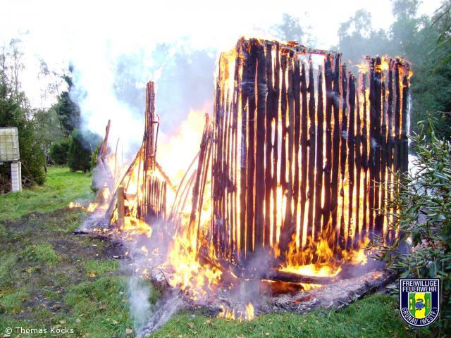 Brennt Holzhütte