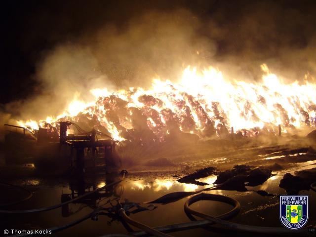 Wieder brennen Strohballen – Brandstiftung nicht ausgeschlossen