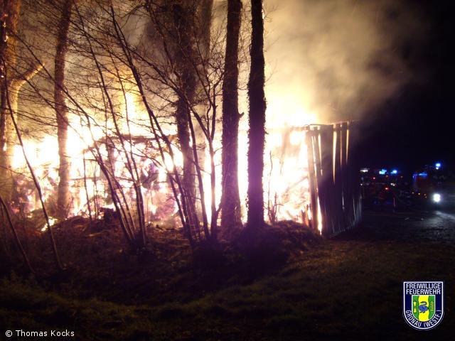 Hunderte Strohballen bei Brand vernichtet
