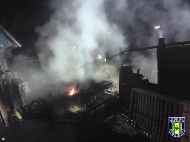 Abfall brannte am Gewerbebetrieb in Epe