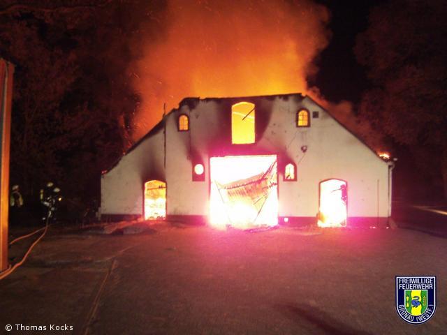 Feuer-Gross / Brennt Stallung bis auf die Grundmauern nieder