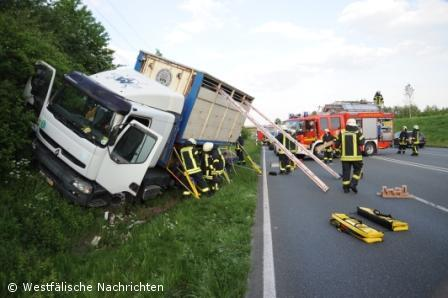 Verkehrsunfall auf der B54, LKW kommt von der Fahrbahn ab