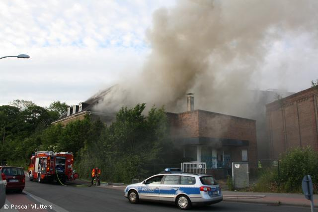 ehemaliges Verwaltungsgebäude wird Raub der Flammen