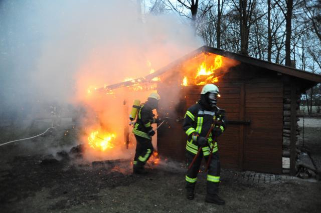 Holzhütte am Fischteich in Flammen