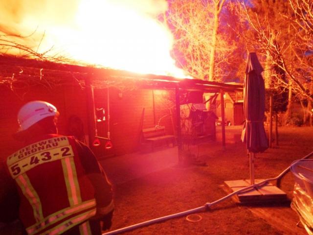 Grosses Gartenhaus steht in Flammen