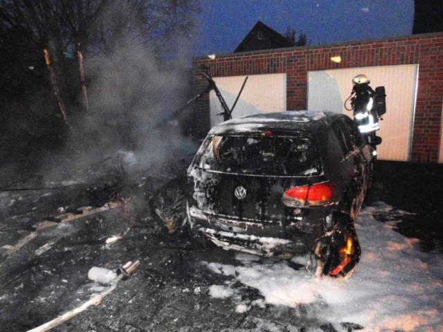 Fünf brennende Fahrzeuge fordern die Feuerwehr