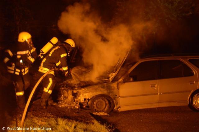 Schon wieder brennen vier Fahrzeuge