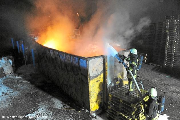 Brennender Container und ein Maschinenbrand lassen Feuerwehr nicht ruhen