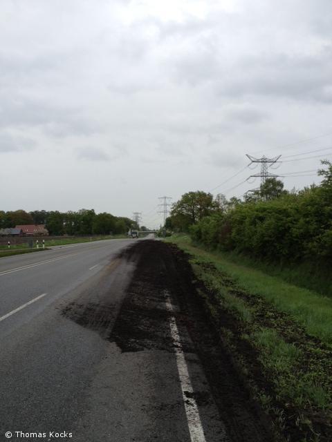 Verschmutzte Fahrbahn B54
