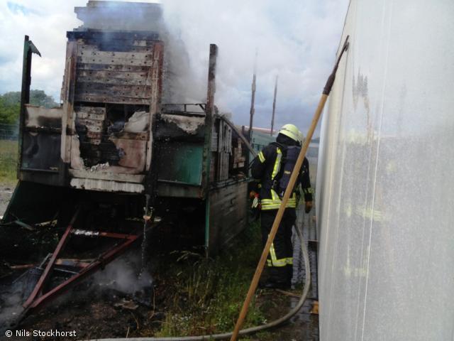 LKW Anhänger mit Schalungsmaterial brennt