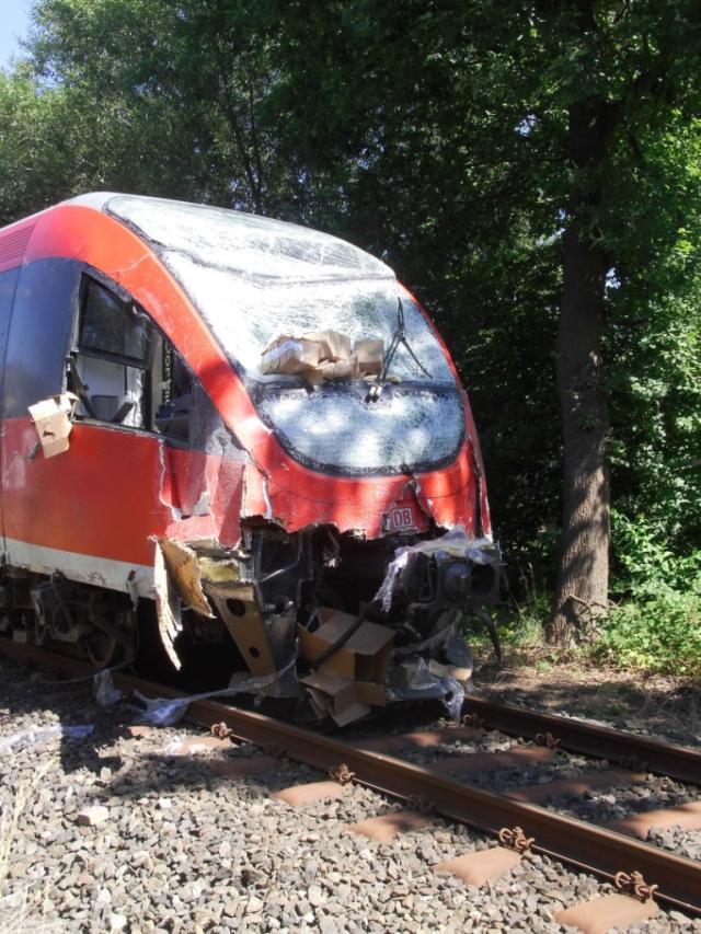 LKW kollidiert mit Regionalzug