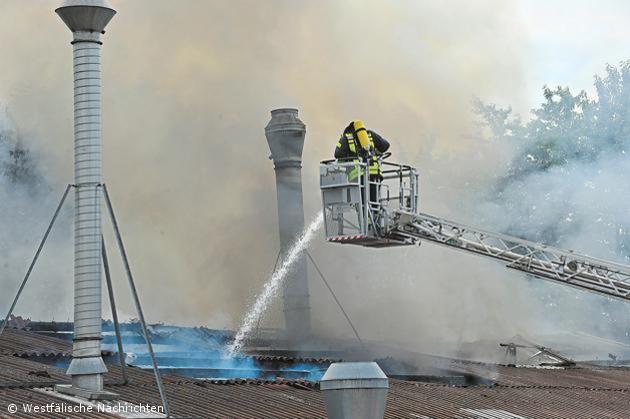 Produktionshalle der Holztechnikfirma Schulten stand in Flammen