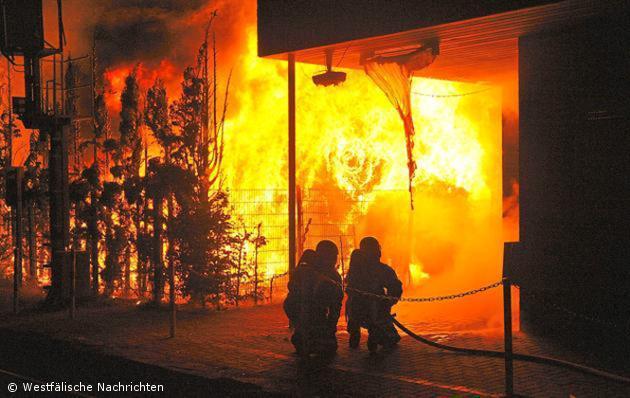 Rohstoffballenlager im Aussengelände der Firma Altex stand in Flammen