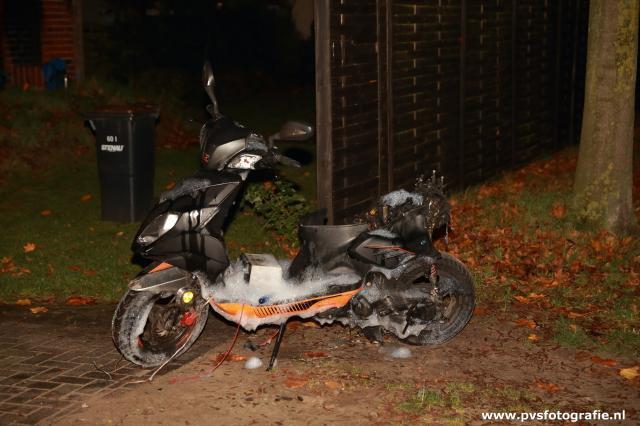 Motorroller brannte unter einem Carport