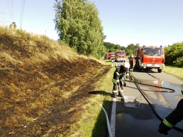 Technischer Defekt an einem Fahrzeug löste mehrere Böschungsbrände aus