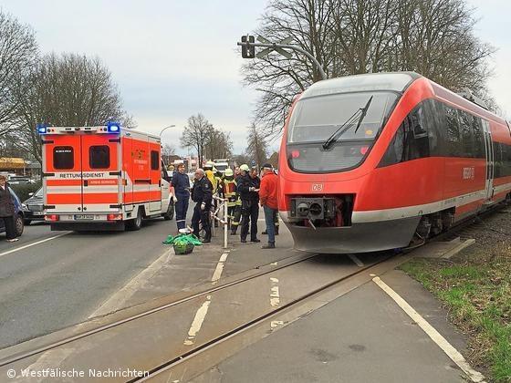 Frau wurde durch Zug lebensgefährlich verletzt