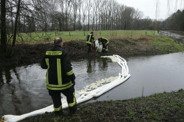 Öl auf Dinkel und Schwarzbach beschäftigt die Feuerwehr weiter