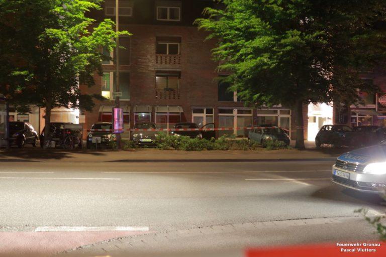 Feuerwehr leuchtet nach Schußwechsel Tatort aus