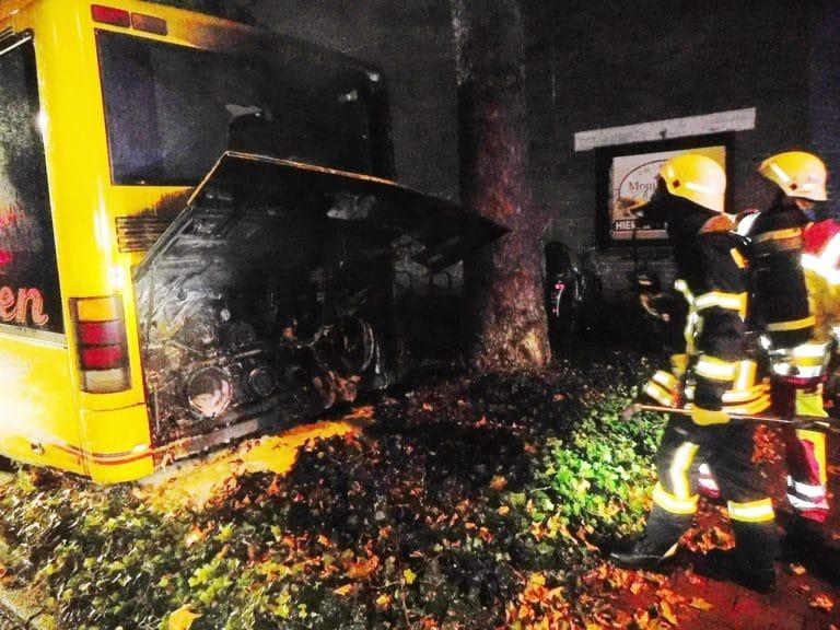 Schulbus durch Brand beschädigt