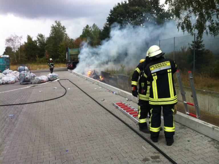 Großraumcontainer mit Altpapier brannte