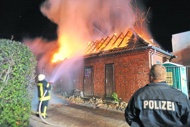 Dachstuhl eines Geräteanbaues stand lichterloh in Flammen