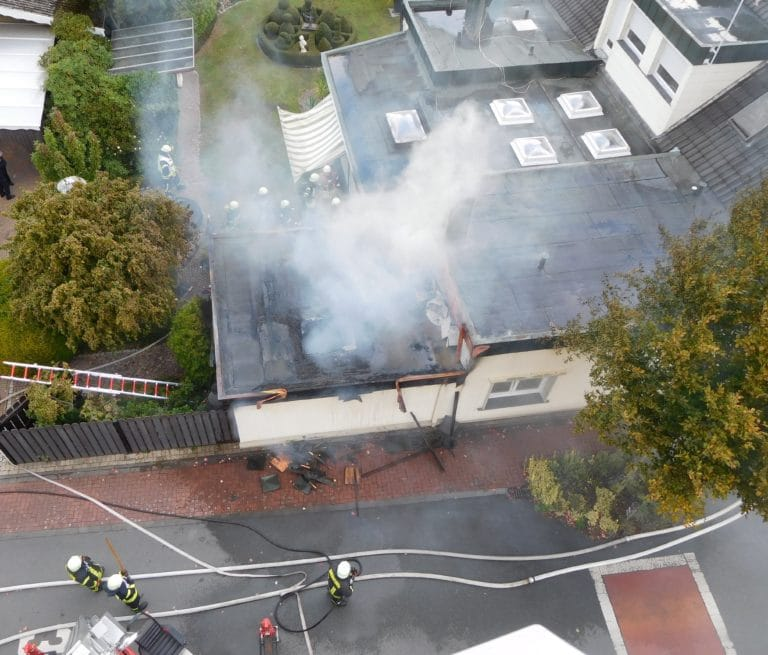 Anbau eines Wohnhauses brannte in voller Ausdehnung