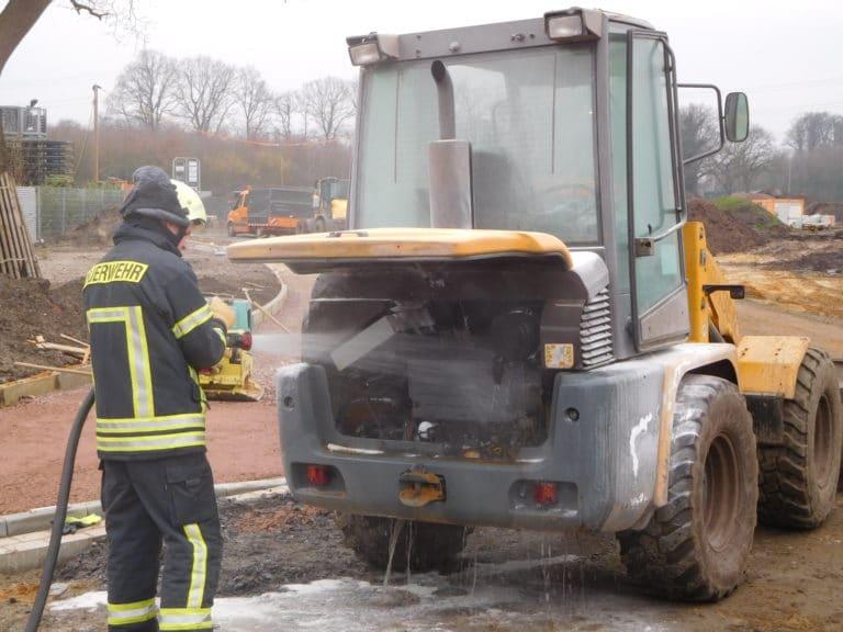 Radlader brannte an der Maybachstraße