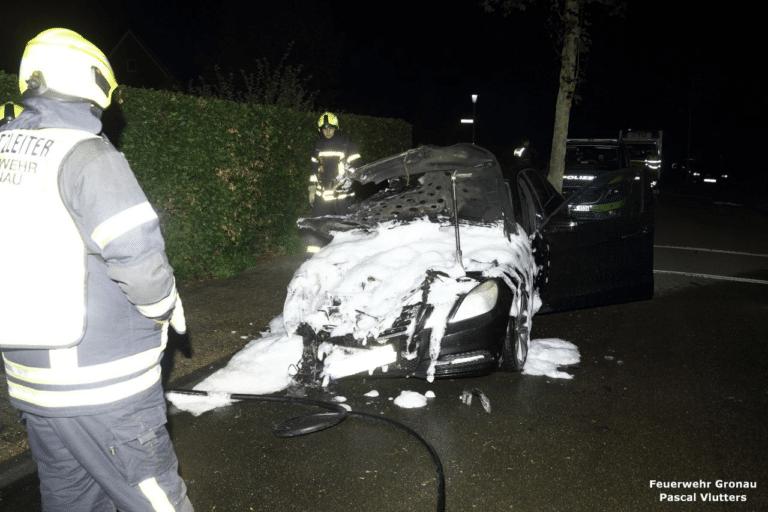 Drei Fahrzeuge brennen in einer Nacht