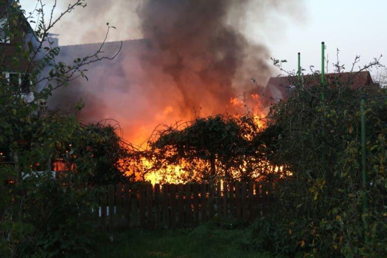 Gemeldeter Heckenbrand entwickelte sich zum großen Feuer